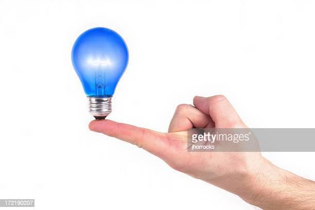 Beleuchtet Blau Glühbirne an der Spitze von Finger