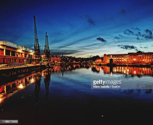illuminated buildings by river against sky at night - 英国 ブリストル ストックフォトと画像