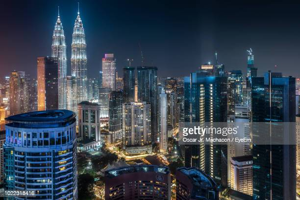 illuminated buildings in city against sky at night - kuala lumpur - fotografias e filmes do acervo