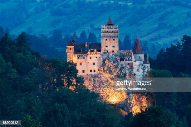 illuminated castle on hill, bran, transylvania, romania - rumania fotografías e imágenes de stock