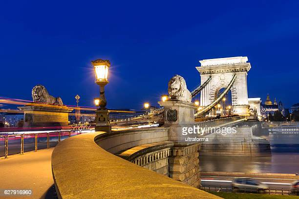 illuminated chain bridge and basilica in budapest at night - ponte das correntes ponte suspensa - fotografias e filmes do acervo