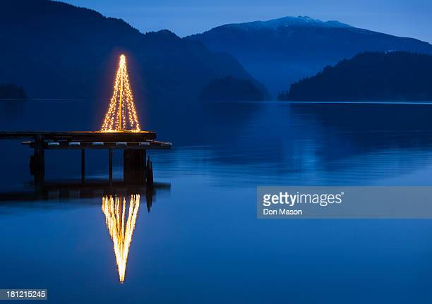 illuminated christmas tree on wooden pier - mere noel stock pictures, royalty-free photos & images