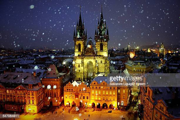 illuminated church of our lady before tyn against sky during winter - notre dame de tyn photos et images de collection