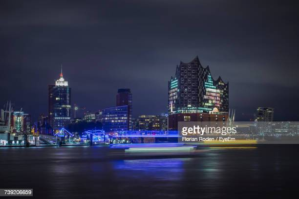 illuminated city at night - hambourg photos et images de collection