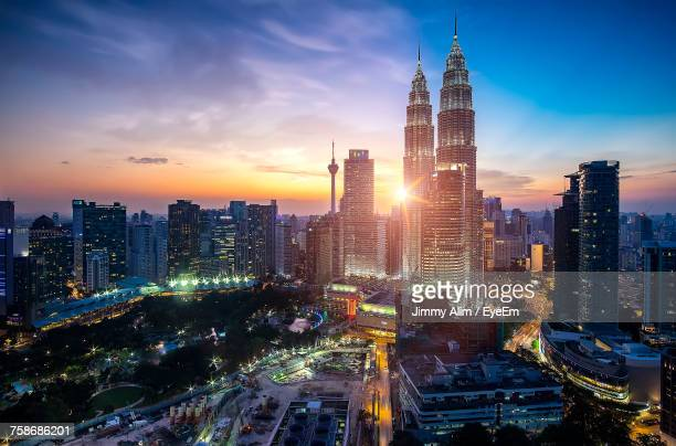 illuminated cityscape against sky at night - kuala lumpur - fotografias e filmes do acervo