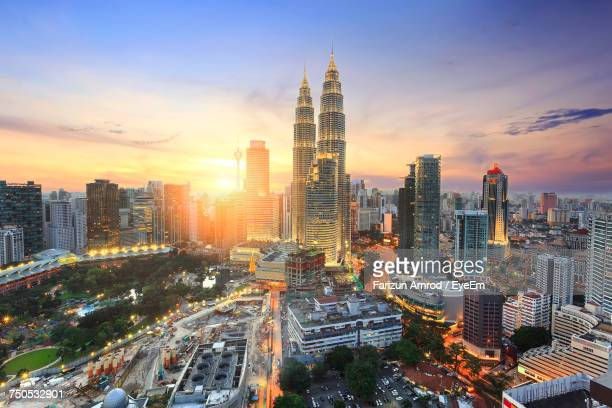 illuminated cityscape against sky during sunset - kuala lumpur - fotografias e filmes do acervo