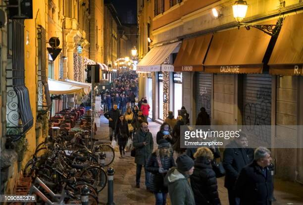 illuminated crowded street with shops and restaurants at night during x'mas holiday - emreturanphoto fotografías e imágenes de stock