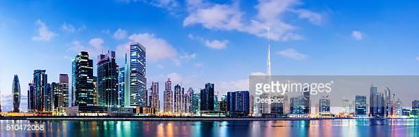 Iluminado de Dubai horizonte de la ciudad al anochecer, Emiratos Árabes Unidos.