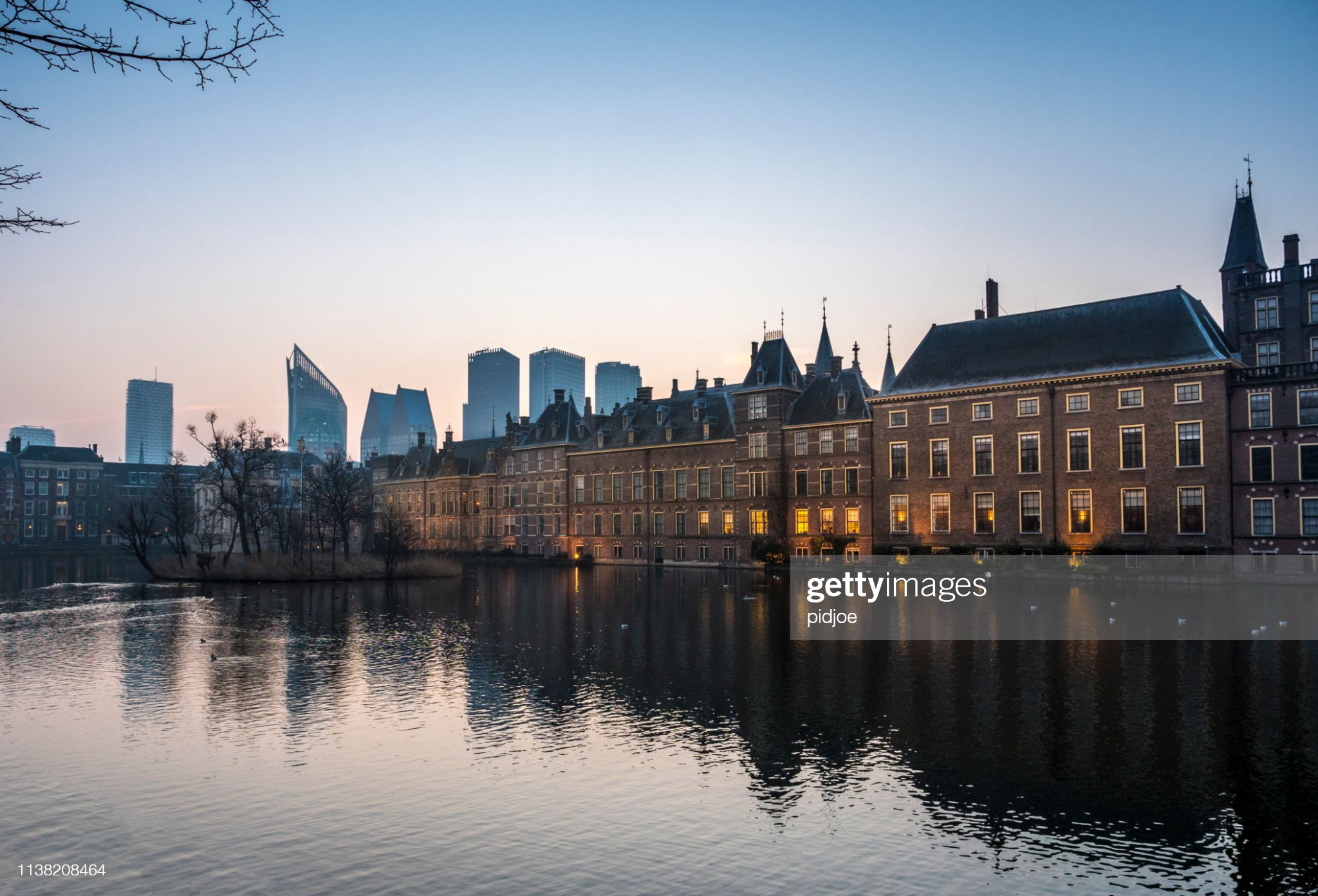 Illuminated Dutch parliament buildings in The Hague, early morning. The Netherlands : Foto stock