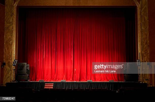 illuminated empty theatre stage - palco - fotografias e filmes do acervo