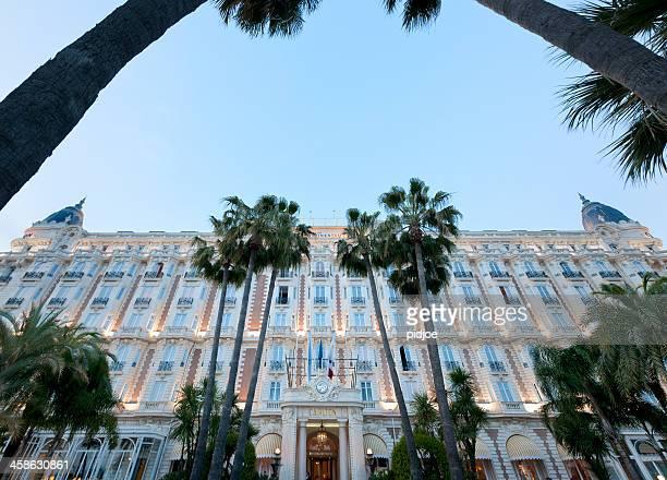 Illumination de la façade de l'hôtel InterContinental Carlton Cannes hôtel au crépuscule