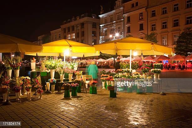 Beleuchtet Blume-Marktstand in Market Square am Abend, die Stadt Krakau, Polen