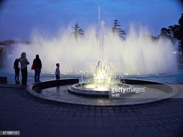 fonte iluminada parque de la reserva de lima - lima região de lima - fotografias e filmes do acervo