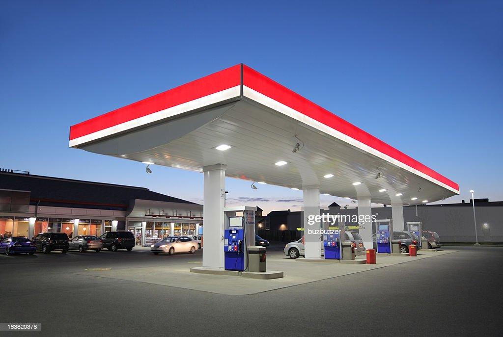 Beleuchtet Tankstelle bei Sonnenuntergang : Stock-Foto