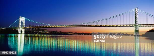 illuminated george washington bridge - george washington bridge stock pictures, royalty-free photos & images