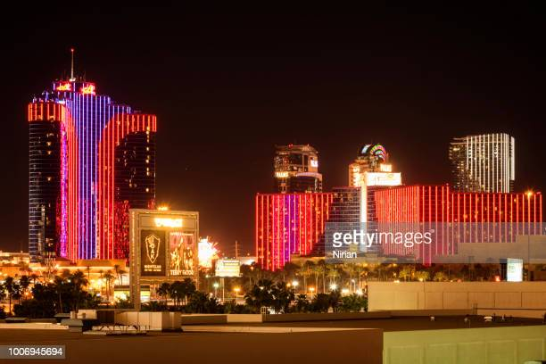 illuminated hotels and casinos - the mirage las vegas stock pictures, royalty-free photos & images