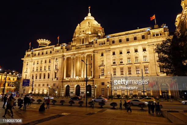 illuminated hsbc buiding at the bund in shanghai. - andre vogelaere stock pictures, royalty-free photos & images
