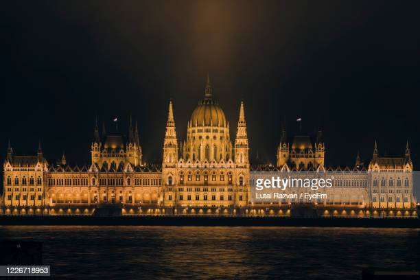 illuminated hungarian parliament  at night - lutai razvan stock pictures, royalty-free photos & images