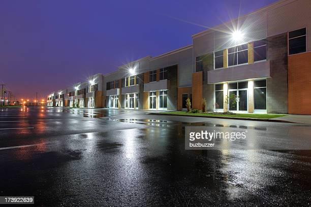 beleuchtet industries bei nacht - industriegebiet stock-fotos und bilder