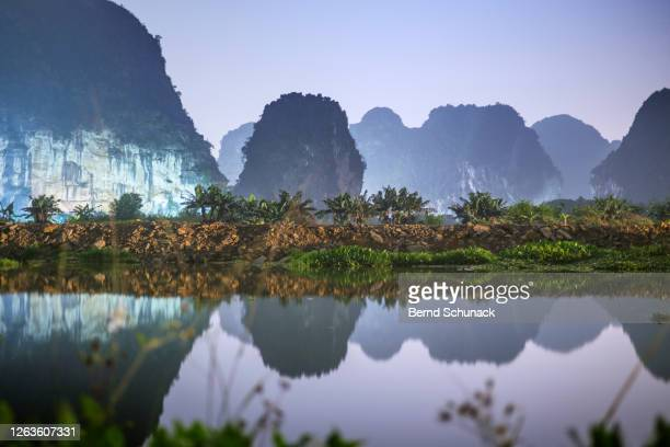 illuminated karst rocks of ninh binh at night - bernd schunack stockfoto's en -beelden