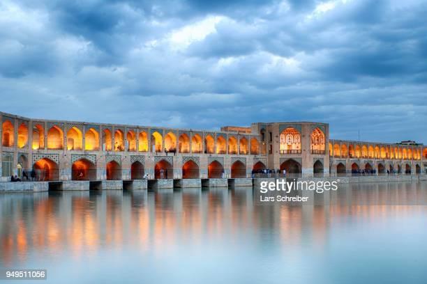 illuminated khaju bridge, pol-e chadschu bridge, isfahan, iran - ハージュ橋 ストックフォトと画像