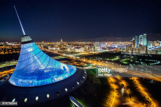 illuminated khan shatyr entertainment center at night, astana, kazakhstan - cazaquistão - fotografias e filmes do acervo