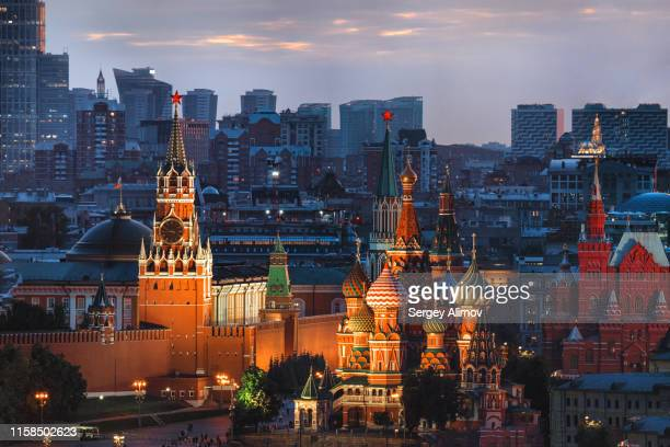 illuminated landmarks of the moscow kremlin after sunset - moscou photos et images de collection