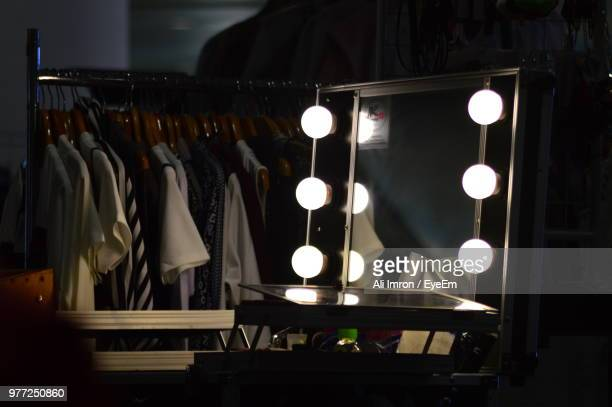 illuminated light bulbs on mirror - entre bastidores fotografías e imágenes de stock