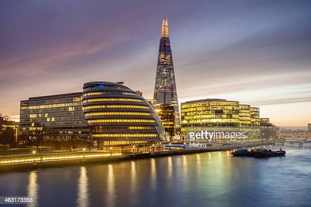 Beleuchtete Stadt und den Fluss Themse in London in der Dämmerung