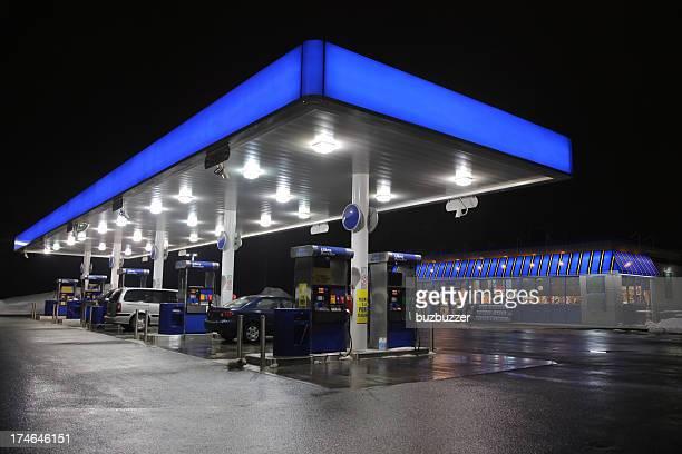 Iluminado moderna de la estación de servicio por la noche