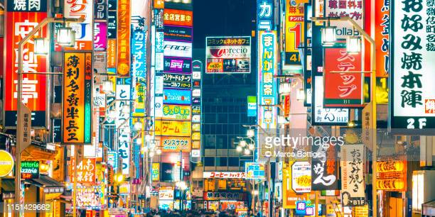 illuminated neon signs in shinjuku, tokyo, japan - tokio fotografías e imágenes de stock