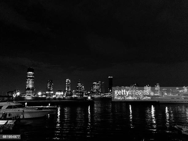 illuminated new york skyline at night - flushing queens stock pictures, royalty-free photos & images