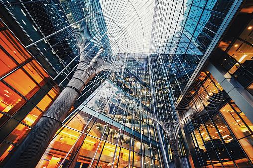 Illuminated office buildings at Canary Wharf, London 911607894