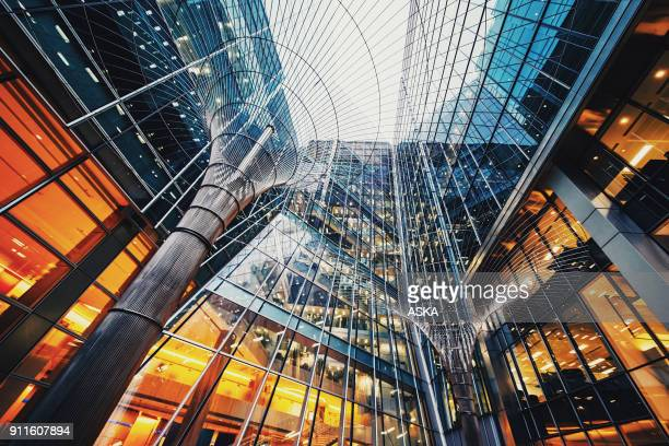 illuminated office buildings at canary wharf, london - grattacielo foto e immagini stock