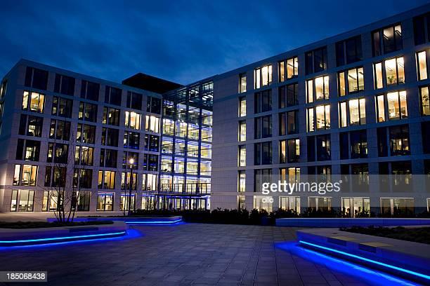 照明付きのオフィスビル夕暮れのエントランス