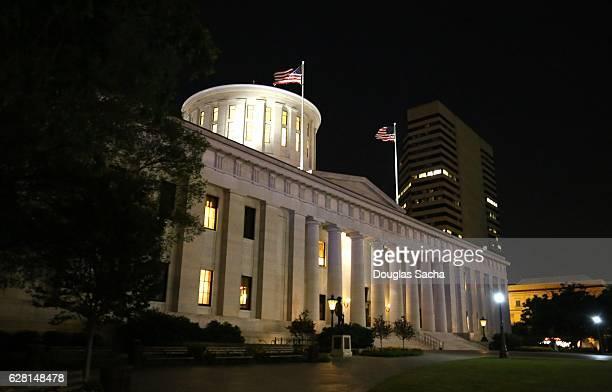 illuminated ohio statehouse building in columbus, ohio, usa - kapitell stock-fotos und bilder