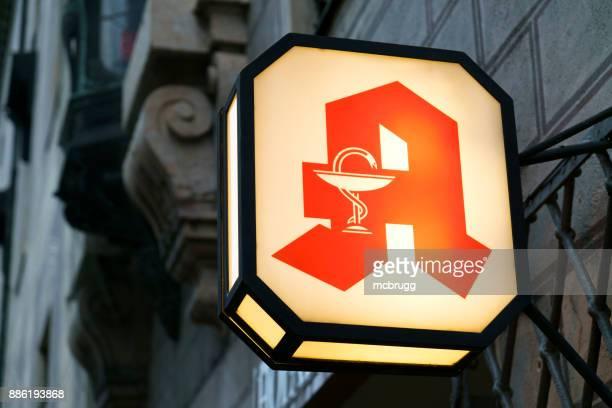 beleuchtete apotheke zeichen in münchen, deutschland - apotheke stock-fotos und bilder