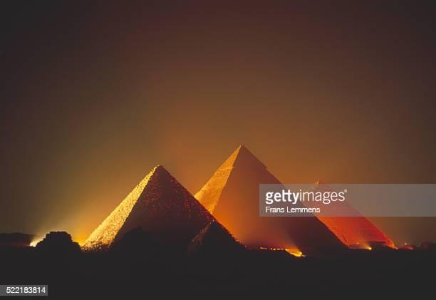 illuminated pyramids of giza at night - gizeh stockfoto's en -beelden