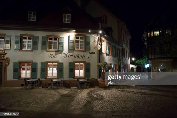 beleuchtete restaurant in freiburg, deutschland - freiburg im breisgau stock-fotos und bilder