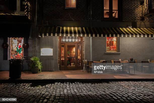 illuminated restaurant on the savannah historic riverfront at night - café bar gebouw stockfoto's en -beelden