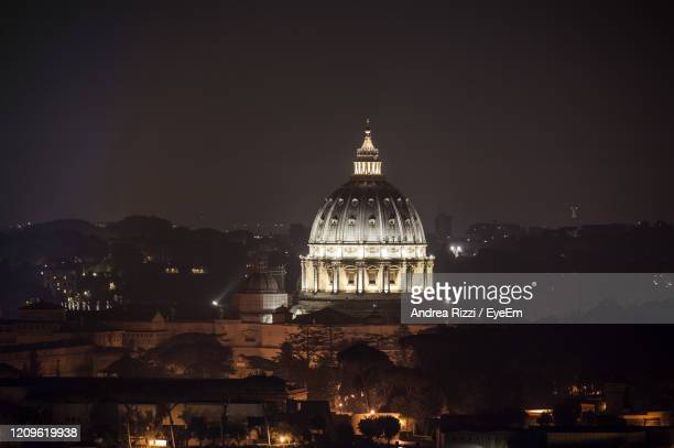 illuminated san pietro in vatican city against sky at night - andrea rizzi foto e immagini stock