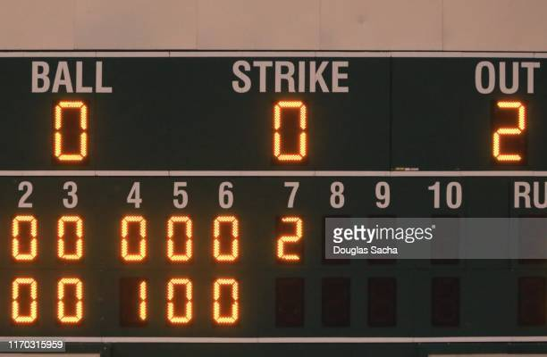 illuminated scoreboard at a baseball game - marquer photos et images de collection