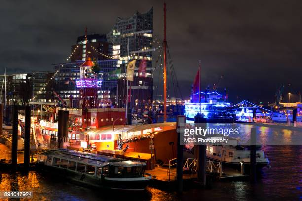 illuminated shipping piers and elbphilharmonie at night - tourboat stock pictures, royalty-free photos & images