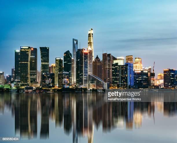 夕暮れ時に上海でライトアップされた高層ビル
