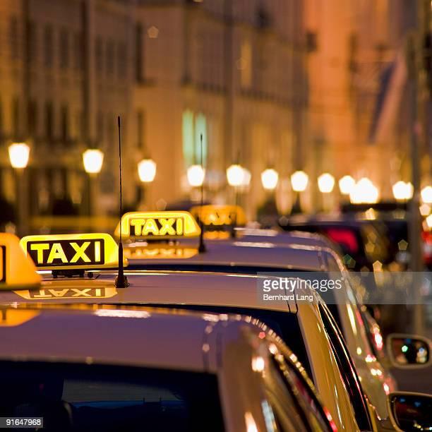 illuminated taxi signs - táxi - fotografias e filmes do acervo