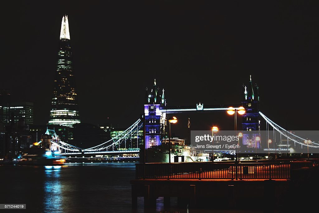 Illuminated Tower Bridge Over River Thames By Shard Against Clear Sky At Night : Stock-Foto