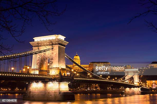 illuminated view of chain bridge in budapest at night - ponte das correntes ponte suspensa - fotografias e filmes do acervo
