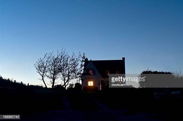 Beleuchtete Fenster eines Hauses in der Nacht