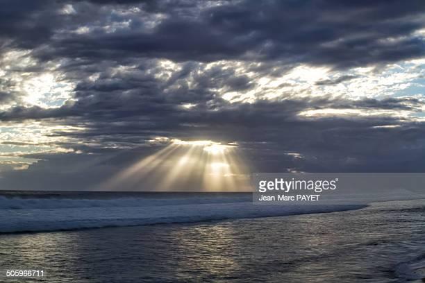 illuminating sunbeams - jean marc payet photos et images de collection