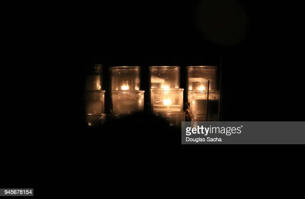 illuminating votive candles - cero foto e immagini stock